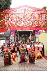 東華三院主席王賢誌先生(前排右五)與一眾嘉賓於「油麻地天后誕」五色花牌前合照