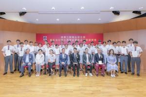 图三:东华三院主席兼名誉校监王贤志先生(前排右四)及董事局成员与取得优异成绩的应届文凭试考生合照。
