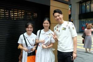 圖一為東華三院主席王賢誌先生(右一)走訪各個地點,為義工學生打氣。