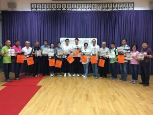 图二为东华三院主席王贤志先生(左九)、董事局成员及其它志愿者在卖旗日出发前来张大合照。