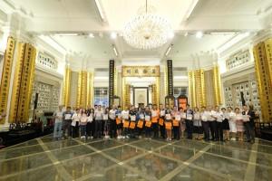 圖三為東華三院董事局成員、網紅插畫師Hello Wong(前排左九)及其他義工亦於在出發賣旗前合照。