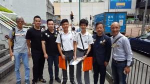 圖四、五、六、七及八為東華三院董事局成員走遍全港多區賣旗籌款,並鼓勵在場的義工。