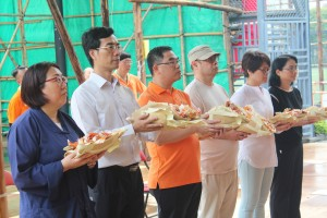 東華三院庚申年總理楊國佳先生(右三)為法會主禮參拜儀式。