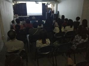 参观者观看纪录片《有敬》,反应热烈。