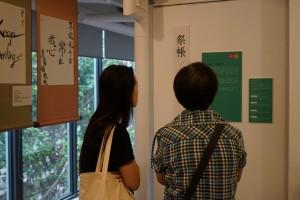 与家人一同参观展品,思考人生。