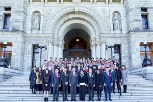 東華三院主席兼名譽校監王賢誌先生(前排左四)帶領一眾學生大使與卑詩省議會屈潔冰議員(前排左五)會面,了解當地的立法制度,以及香港人在溫哥華發展所遇到的挑戰和機遇。