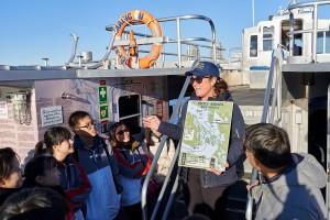 东华三院学生大使参观时令南瓜田、三文鱼回流产卵情况及前往维多利亚观赏鲸鱼等,以深入了解温哥华的自然生态。