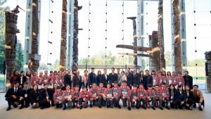 東華三院董事局成員及學生大使於英屬哥倫比亞大學留影。