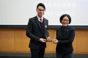 东华三院主席兼名誉校监王贤志先生(左)致送纪念品予中国驻温哥华总领事馆总领使佟晓玲女士。