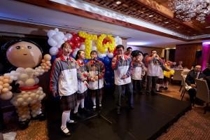 东华三院学生大使于晚宴上表演无伴奏合唱。