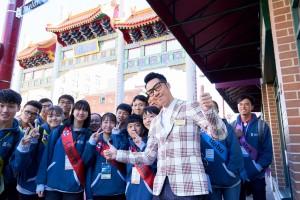 东华三院主席兼名誉校监王贤志先生(前排)带领学生大使参观温哥华唐人街,实地参访及认识海外华人的历史。