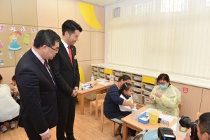 图二:嘉宾巡视幼稚园学生注射流感疫苗情况。