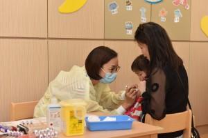 图三:东华三院自发推出「学校外展流感疫苗接种计划,安排医护人员为属下中、小学、及幼稚园学生注射流感疫苗,为业界树立榜树,鼓励同侪并肩携手为全港学童健康出力。