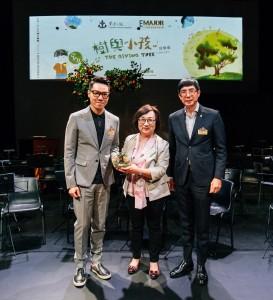 东华三院主席王贤志先生(左)在东华三院社会服务委员会主任委员马清扬副主席(右)陪同下致送纪念品予香港艺术发展局行政总裁周蕙心女士。