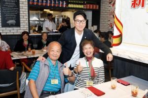 東華三院主席王賢誌先生(後)在午宴上與老友記合照