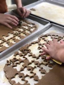姜饼人曲奇是iBakery的圣诞招牌产品,由不同能力同事手工制作