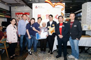 東華三院主席王賢誌先生(右三)、 東華三院總理馮敬安先生(左二)與善長(左四)及嘉賓合照