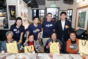 東華三院社會服務委員會主任委員馬清揚副主席(後排右一)在午宴上與老友記合照