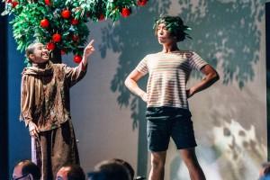 演出嘉宾欧凯桦小姐(左)及董仲勤先生演出经典绘本《树与小孩》。