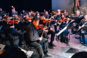 年青音樂家與「E大調合奏團」一同合奏,擦出無限火花。
