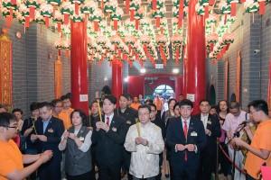 東華三院主席王賢誌先生(前排右三)與各位嘉賓奉香。