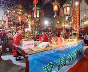 青松观道长为「文昌启智礼」主持功德科仪,燃点「文昌四宝灯」及开启「青云路」。