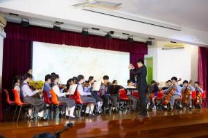 圖二︰學生於東華三院黃士心小學30周年校慶典禮上表演。