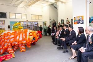 圖三為同學於典禮向嘉賓們舞獅誌慶。