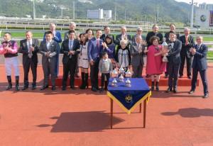 圖二為東華三院主席王賢誌先生(前排右二)頒發「東華三院挑戰盃」,並與勝出馬匹「美麗滿載」的馬主、練馬師及騎師合照。