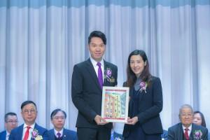 圖一為東華三院主席兼名譽校監王賢誌先生(左) 致送紀念品予教育局元朗區總學校發展主任紀穎妍女士(右)。