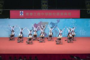 圖二及圖三︰學生於東華三院中學聯校畢業典禮上的精彩表演