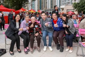 眾嘉賓向獲頒「終身成就長者義工」大獎的吳美婆婆(左三)大舉拇指,讚賞90歲的吳婆婆積極行義,發放正能量。