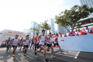图三为政府纪律部队包括香港到港事务处、香港消防处、香港海关、香港警务处、香港惩教署及政府飞行服务队亦出席参与邀请队赛事,阵容十分鼎盛。