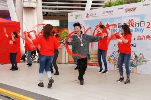 榮獲「終身成就長者義工榮譽大獎」的薛家燕小姐與在場的市民一起跳十字步舞,並一同高呼活動口號「區區義事、全城護老、點少得您!」,鼓勵大家一同行義。