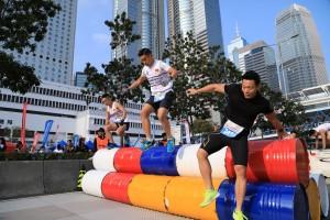 图四及图五为各Crazy Runners为争夺皇者宝座,都冲劲十足的越过重重障碍,争先向终点出发。