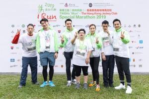 圖五為東華三院主席王賢誌先生(左三)與參賽選手及共融大使合照。