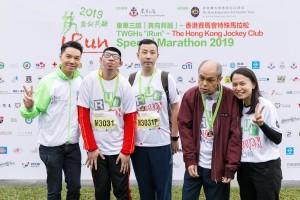 圖六為東華三院主席王賢誌先生(左三)與參賽選手及共融大使合照。