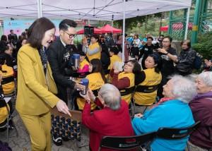 東華三院主席王賢誌先生(右)派發愛心湯予長者,將愛和祝福送到社區。