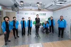東華三院王賢誌主席(右四)與年輕長者無伴奏樂隊Upbeat合唱,把活動氣氛推至高峰。