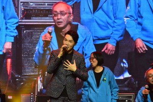 圖三為東華三院王賢誌主席與該院屬下服務單位的一眾年輕長者以無伴奏合唱方式,為觀眾演繹多首名曲,大展銀髮活力。
