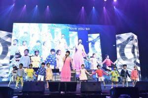 圖五為東華三院屬下幼稚園生以可愛的裝扮為著名歌手梁詠琪小姐伴舞,表現出活潑可愛的一面。