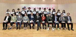 圖一:東華三院主席兼名譽校監王賢誌先生(前排左六)連同各頒獎嘉賓及董事局成員與「東華三院148周年獎學金」得獎同學合照。