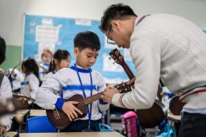 圖二為東華三院水泉澳小學為學生提供良好的學習環境,培育多方面潛能。