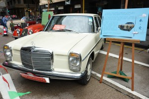 圖四: 大會展出30輛特色經典老爺車給市民拍照留念。
