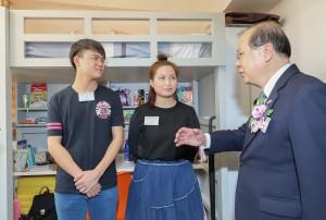 圖四為政務司司長張建宗大紫荊勳賢GBS太平紳士與青年住客交流。