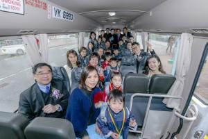 圖二為嘉賓與幼稚園學生於啟動禮後試坐新校巴。