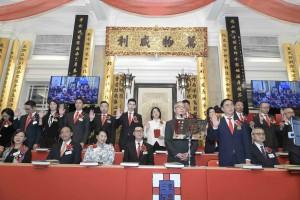 圖一:東華三院己亥年董事局主席蔡榮星博士(前排右二)聯同其他董事局成員宣誓就職。