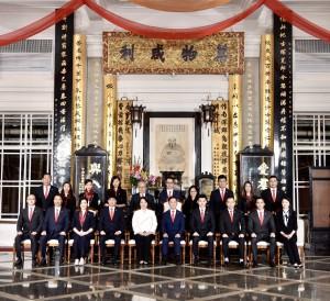 圖三:東華三院己亥年董事局成員合照,成員包括主席蔡榮星博士(前排右五)、第一副主席文頴怡小姐(前排左五)、第二副主席譚鎮國先生(前排右四)、第三副主席馬清揚先生(前排左四)、第四副主席韋浩文先生(前排右三)、第五副主席鄧明慧女士(前排左三)、總理何猷啟先生(前排右二)、馮敬安先生(前排左二)、晏紫女士(前排右一)、毛宇峯先生(前排左一)、李澤浩先生(後排右五)、曾慶輝先生(後排左五)、陳姚麗妮女士(後排右四)、陸晴女士(後排左四)、廖晉輝先生(後排右三)、鄧蕙敏女士(後排左三)、吳鄭子婷女士(後排右二)、諸陳慧婷女士(後排左二)、莊紫祥博士(後排右一)、李澄曜先生(後排左一)。