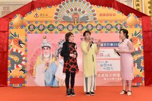 圖二為鳴芝聲劇團台柱蓋鳴暉小姐(中)及吳美英小姐(左)於記者會上分享與東華三院合作25年之點滴軼事。
