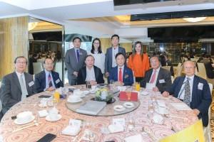 東華三院主席蔡榮星博士(前排右三)與歷屆主席及執行總監於聯歡午宴席間合照